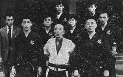 First row - Ishizuka Shihan, Takamatsu Soke, Hatsumi Soke Second row - Newspaper reporter, Tanemura Shihan , Oguri Shihan, Manaka Shihan Third row - Kobayashi Shihan, Seno Shihan